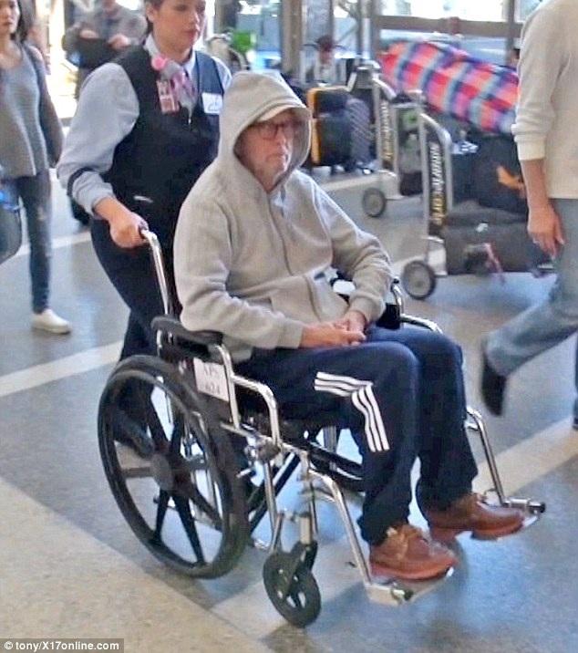 Nam danh ca người Anh rõ ràng sức khỏe không tốt khi ông phải di chuyển bằng xe lăn