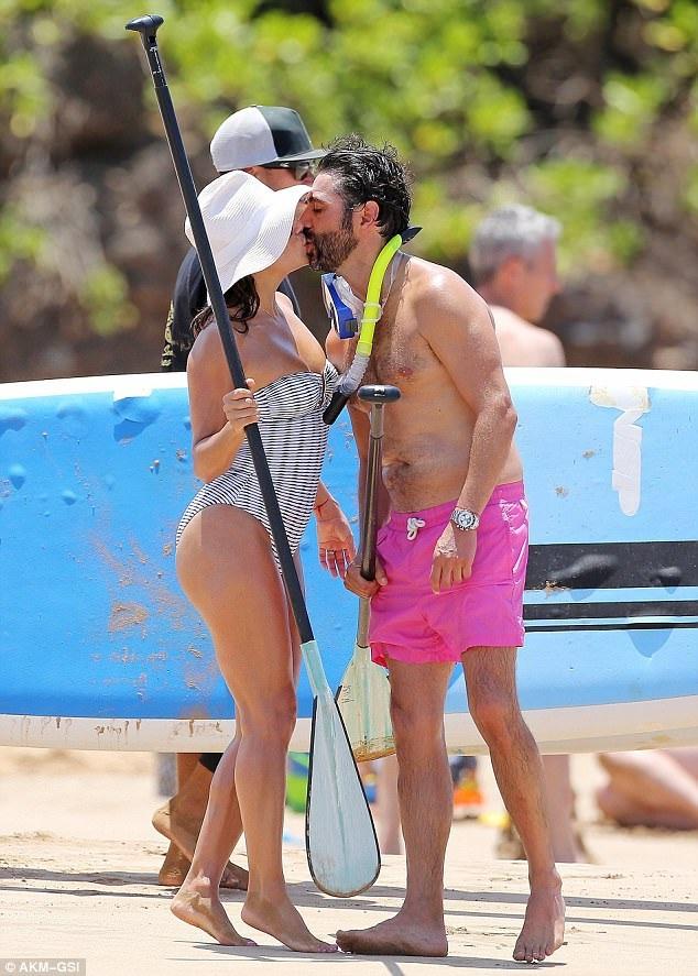Eva Longoria và chồng José Bastón say đắm hôn nhau trên bãi biển ở Hawaii ngày 19/4 vừa qua