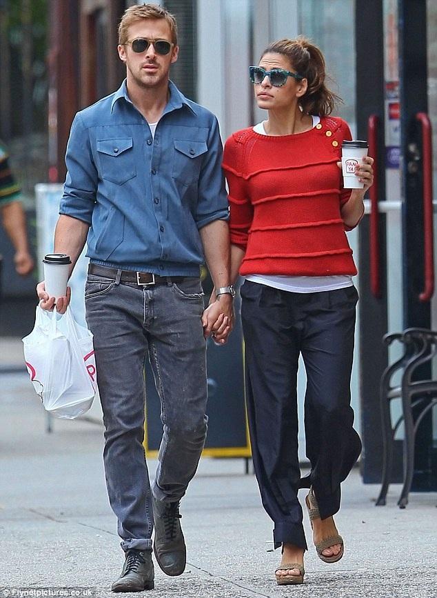Eva Mendes và Ryan Gosling bén duyên từ lần hợp tác chung vào năm 2011. Dù khoảng cách 6 tuổi và công việc bận rộn nhưng cặp đôi vẫn rất hạnh phúc bên nhau. Hai cô con gái lần lượt chào đời là minh chứng cho tình yêu bền chặt giữa họ.