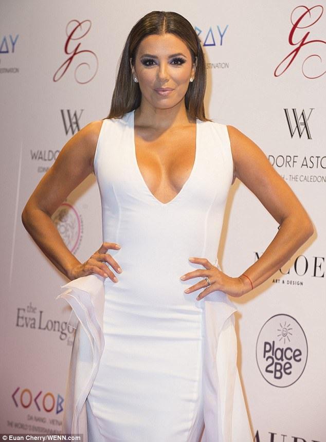 Eva Longoria đẹp kiêu sa trong bộ váy trắng xẻ bạo dự tiệc từ thiện tại Edinburgh, Scotland ngày 17/5 vừa qua
