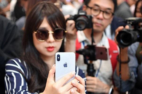 Face ID trên iPhone X không chỉ dùng để mở khóa thiết bị bằng gương mặt mà còn có thể dùng để xác thực trên các ứng dụng khi cần