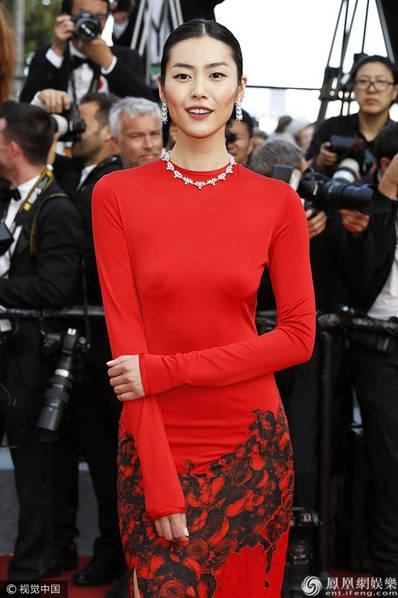 Liu Wen khoe thân hình thanh mảnh trong bộ đầm đỏ ôm sát.