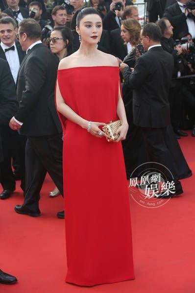 Nữ giám khảo đến từ Trung Quốc lựa chọn phong cách cổ điển và sang trọng, khác với hình ảnh công chúa dịu dàng, trong sáng những ngày trước.