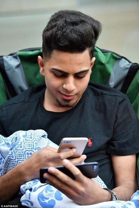 Bishoy Behman chờ đợi bên ngoài Apple Store nhưng không phải vì yêu thích iPhone 8, mà để có được cảm giác mọi người tôn vinh khi trở thành một trong những người đầu tiên bước vào cửa hàng