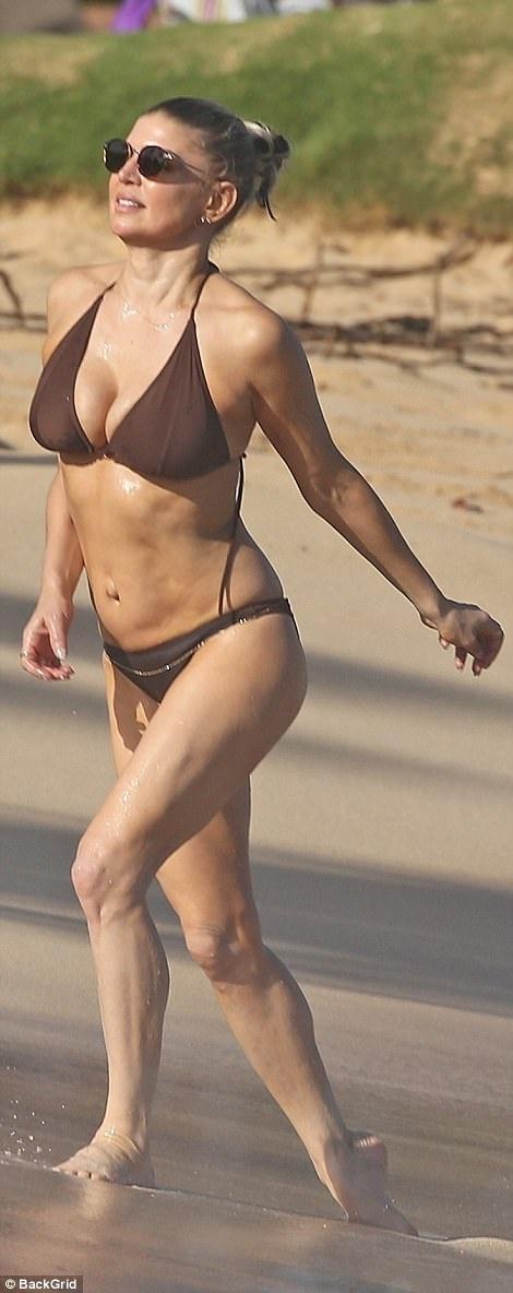 Ngôi sao 42 tuổi khoe đường cong săn chắc tuyệt mỹ trên bãi biển trong bộ áo tắm bikini.