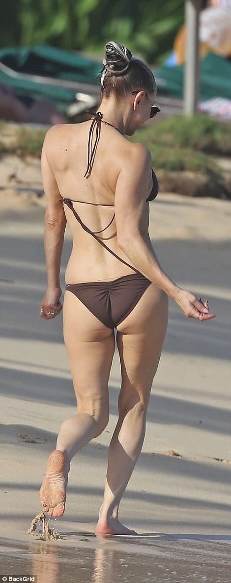 Nữ ca sĩ 42 tuổi Fergie tung tăng với bikini nhỏ xíu trên biển - 2