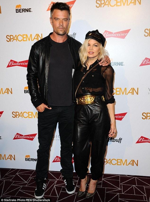 Fergie và Josh Duhame thông báo hai người đã ly dị vào ngày 14/9 vừa rồi sau gần một năm ly thân. Cả hai từ chối bình luận về lý do khiến hôn nhân tan vỡ vì muốn tĩnh tâm để suy nghĩ về tất cả.