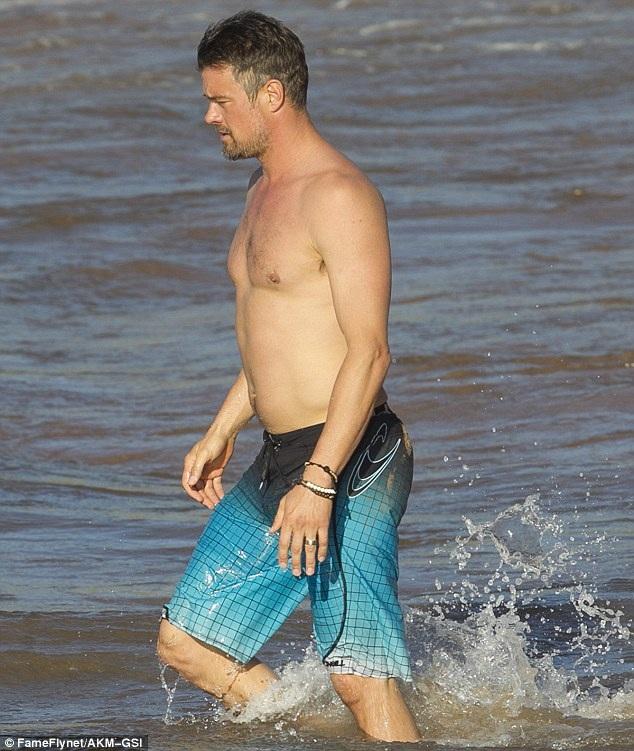 Nam diễn viên Josh Duhamel cũng có mặt trên bãi biển cùng vợ. Hai người bắt đầu hò hẹn từ năm 2004. Họ đính hôn vào năm 2007 và làm đám cưới 2 năm sau đó. Cậu con trai đầu lòng của họ chào đời vào tháng 8/2013.