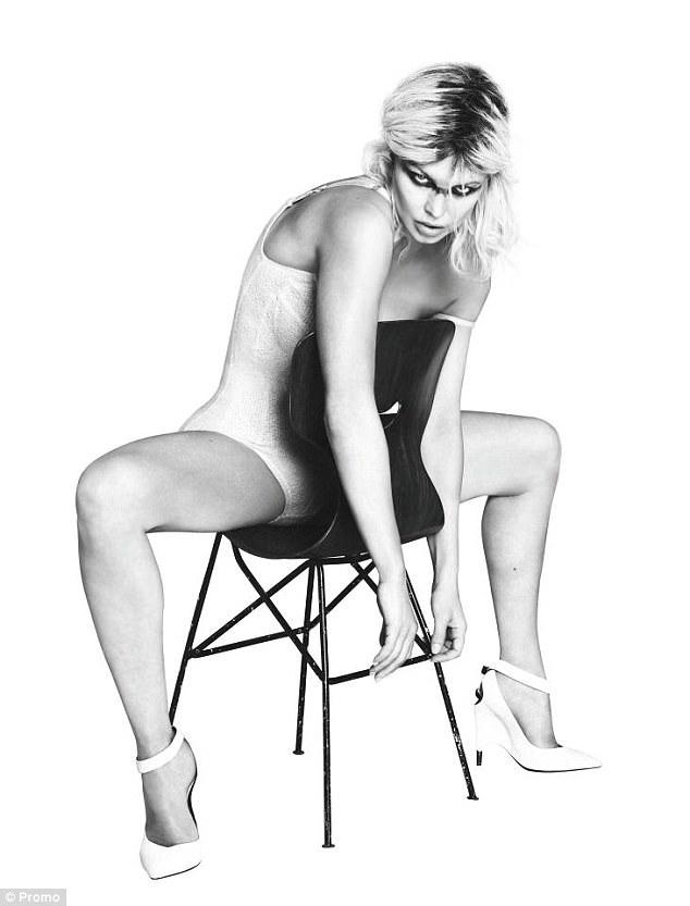 Bạn bè cho hay Fergie thuộc tuýp phụ nữ nổi loạn và thích cuộc sống hào nhoáng của Hollywood trong khi chồng cô lại giản dị và khép kín. Sự bất đồng về quan điểm sống khiến hai người ngày càng xa rời.