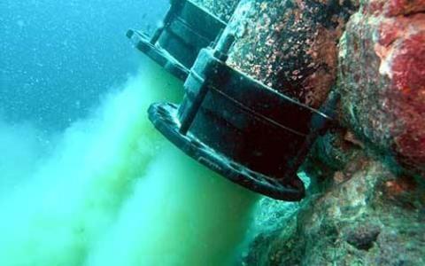 Hình ảnh ống xả thải ngầm của Formosa đang được xả ra biển.