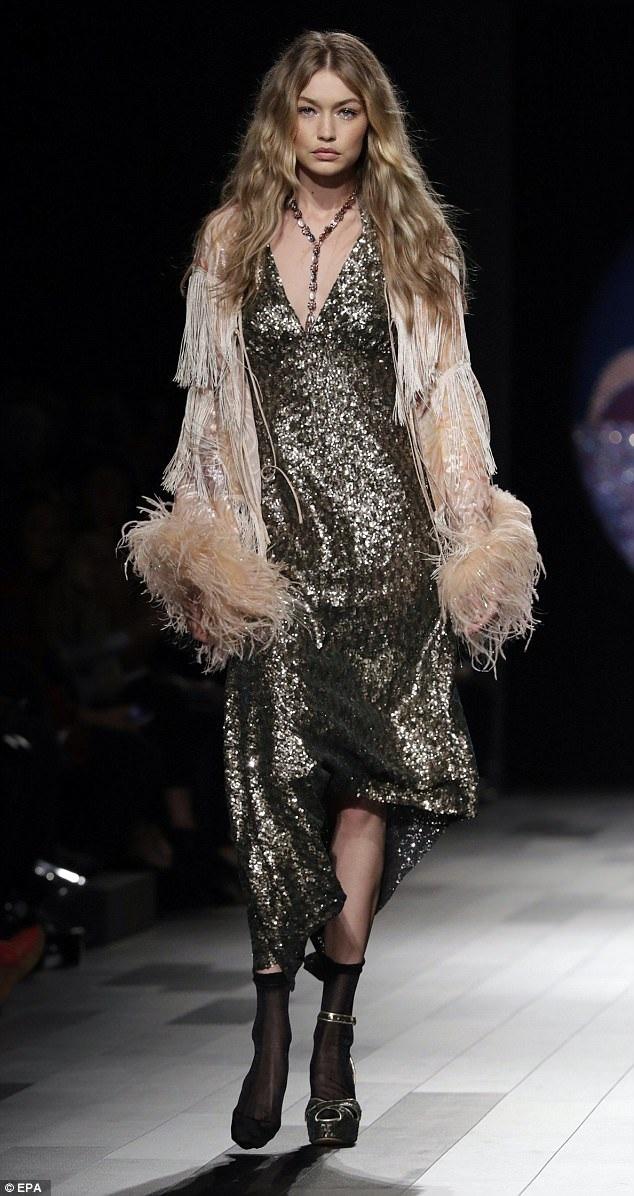 Gigi Hadid trình diễn chân dép, chân không trong show của Anna Sui tại New York Fashion Week