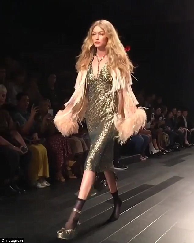Gigi Hadid hoàn thành phần trình diễn trong tình cảnh khá vất vả và cô được khán giả cổ vũ nhiệt tình