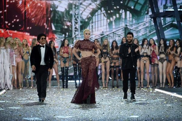 Victorias Secret Fashion Show tổ chức lần đầu vào năm 1996. Kể từ đó tới nay, show diễn được tổ chức thường xuyên với dàn chân dài đình đám tham gia và nhiều mẫu áo lót triệu đô đã ra mắt