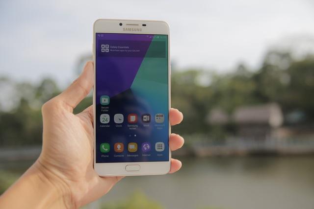 Những mẫu smartphone cận cao cấp đáng chú ý tháng 8 - 1