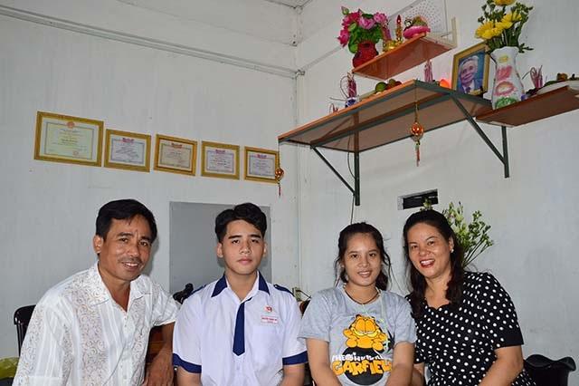 Thủ khoa Nguyễn Thanh Hải chụp ảnh cùng gia đình.