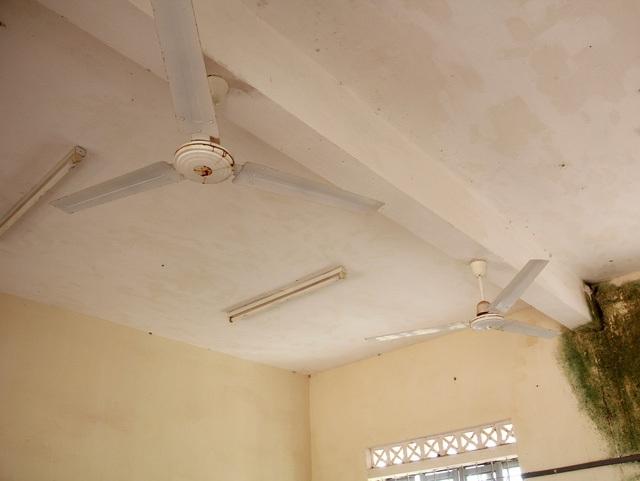 Hệ thống quạt và điện chiếu sáng được lắp đặt nhưng không thể sử dụng vì không có điện