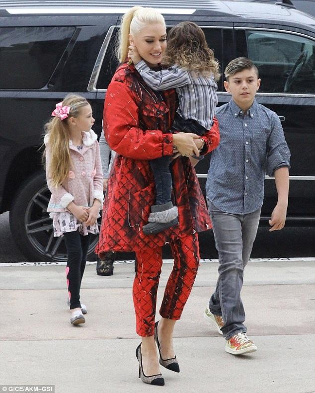 Gwen Stefani đưa 3 con trai Kingston, Zuma và Apollo tới nhà thờ ở Los Angeles ngày chủ nhật vừa qua