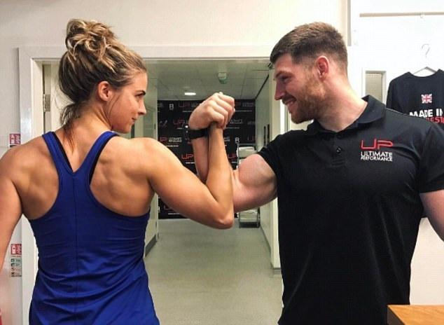 Người đẹp Anh tập luyện rất chăm chỉ trong phòng gym tất cả các ngày trong tuần kết hợp ăn kiêng và vì thế, chỉ sau 1 tuần tập luyện, cô đã giảm 2 kg
