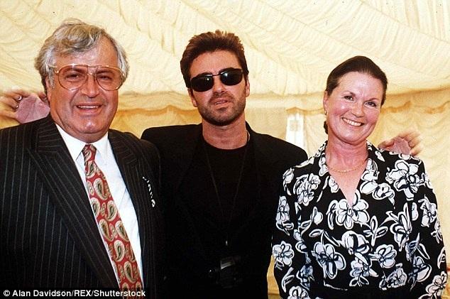 George Michael (giữa) sẽ được chôn cất trong ít ngày tới tại nghĩa trang Highgate, bên cạnh phần mộ bà Lesley Angold (phải), người mẹ mà ông hết mực yêu thương, qua đời năm 1997, khi tròn 60 tuổi