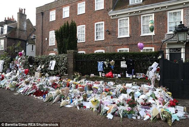 Fans vô cùng tiếc thương sự ra đi của ca sỹ 54 và liên tục tới đặt hoa trước cửa biệt thự trị giá 10 triệu bảng của ông