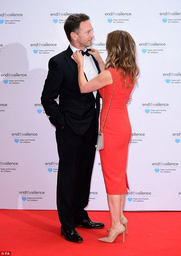 Cựu thành viên Spice Girls chỉnh trang trang phục cho chồng cưng ngay trên thảm đỏ