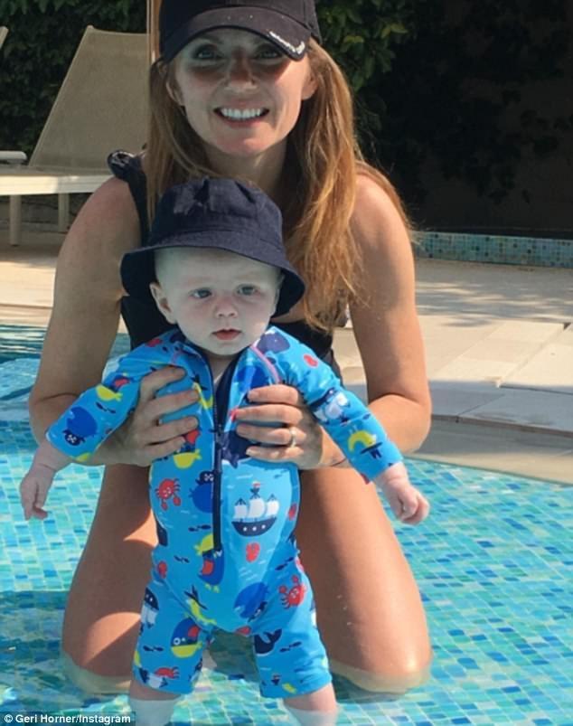 Trước đó ca sỹ 45 tuổi đã khoe ảnh đưa con trai hơn 4 tháng tuổi đi bơi