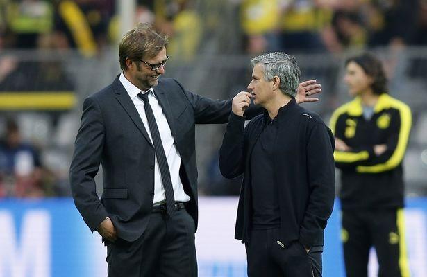 Klopp (trái), Mourinho (phải) trong lần đầu tiên đối đầu