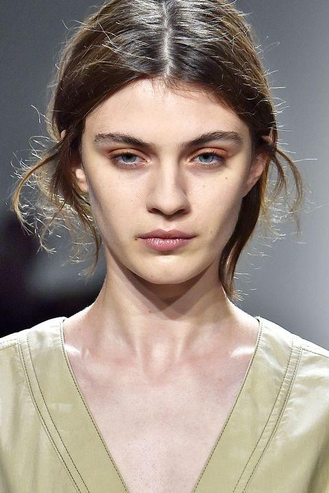 Dùng màu nâu tạo khuôn hình ấn tượng cho xương gò má