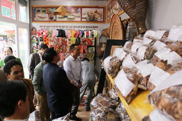 Từ khi đưa vào sử dụng, gian hàng đã thu hút rất nhiều khách hàng đến mua sản vật.