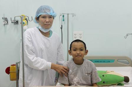 Bé Gia Khiêm cùng mẹ tại Bệnh viện Nhi Đồng 2