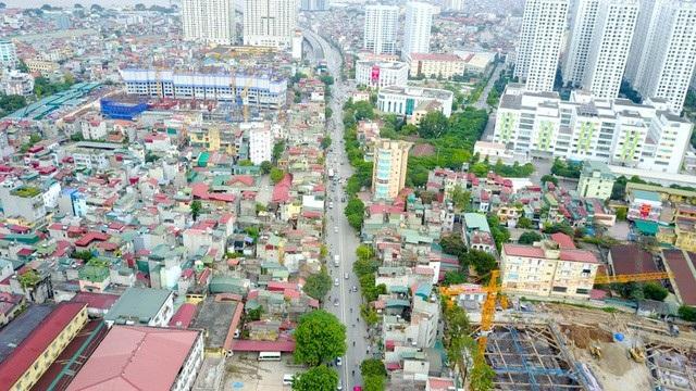 Đường vành đai 2 có tổng chiều dài lên tới 43,6km tạo thành một vòng cung khép kín bao quanh trung tâm thủ đô Hà Nội. Để triển khai dự án, hơn 2.000 ngôi nhà dọc hai bên đường Minh Khai (quận Hai Bà Trưng) đang được giải toả lấy mặt bằng thi công đường bộ và đường trên cao. (Ảnh: Toàn Vũ)