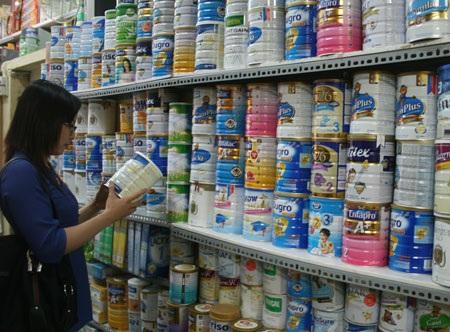 Công ty sữa công bố mức giá bán buôn mới giảm 3-22% tùy loại so với mức giá cũ nhưng giá bán lẻ trên thị trường bán lẻ chưa có mức giảm tương ứng (Ảnh minh hoạ)