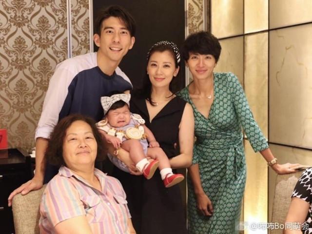 Giả Tịnh Văn mới sinh con được 4 tháng nhưng đã nhanh chóng lấy lại dáng vóc. Tuần trước, cô còn bay sang Việt Nam để quay hình cho một gameshow truyền hình cùng chồng.