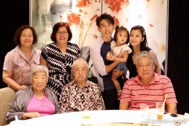 Giả Tịnh Văn cùng chồng chụp ảnh với người thân hai bên gia đình trong bữa tiệc tối 17/7.