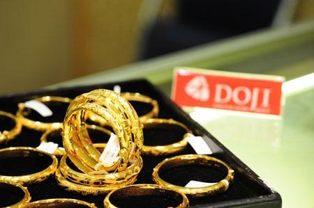 Phiên giao dịch sáng nay 19/6, trong khi giá vàng giao ngay tại châu Á duy trì xu hướng giảm thì giá vàng trong nước lại án binh bất động.