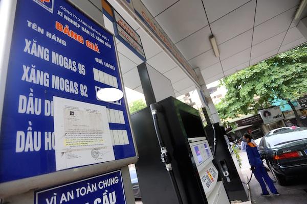 Giá xăng dầu đồng loạt giảm hơn 300 đồng/lít (ảnh minh họa).