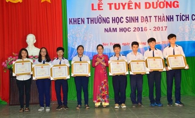 Giám đốc Sở GD&ĐT Sóc Trăng trao khen thưởng cho các học sinh.