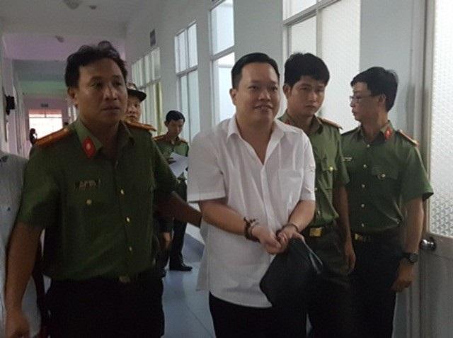 Bị can Nguyễn Huỳnh Đạt Nhân, cười tươi khi bị bắt