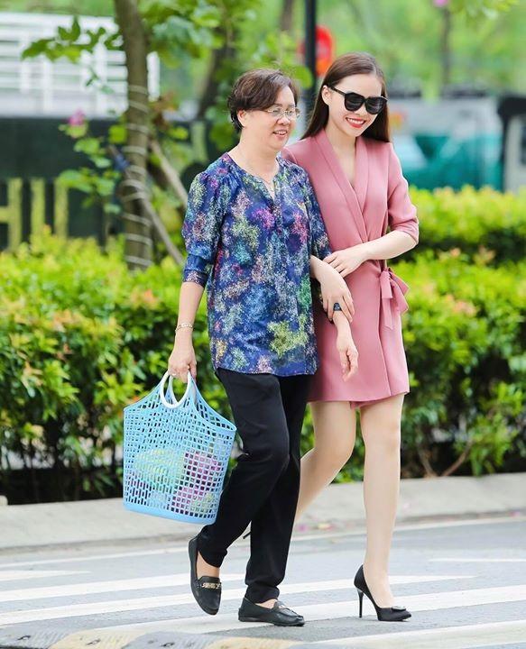"""Giang Hồng Ngọc chia sẻ ảnh hạnh phúc và nụ hôn ngọt ngào cho mẹ của mình, cô viết: """"Chỉ biết nói là... con yêu Mẹ rất nhiều. Happy Mothers day""""."""