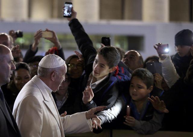 Giáo hoàng vẫy chào mọi người tại quảng trường Saint Peters trong đêm giao thừa (Ảnh: Reuters)