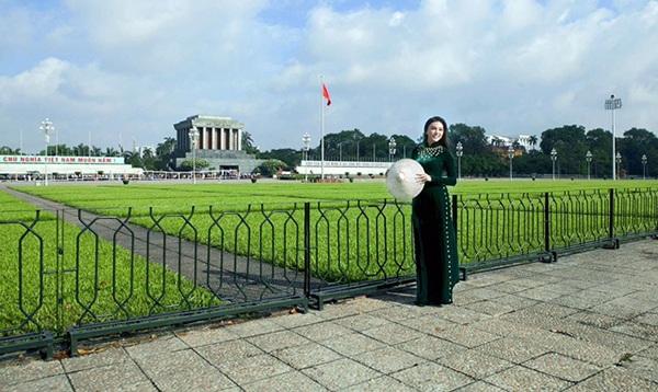 Nhân dịp được vinh danh, Giao Linh chụp bộ ảnh kỷ niệm trước Lăng Bác Hồ - vị lãnh tụ mà cô luôn kính yêu.