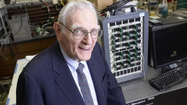 ông John Goodenough 94 tuổi, giáo sư tại Trường Kỹ thuật Cockrell, Đại học Texas ở Austin đã đồng phát minh ra pin lithi-ion sạc nhanh, không cháy