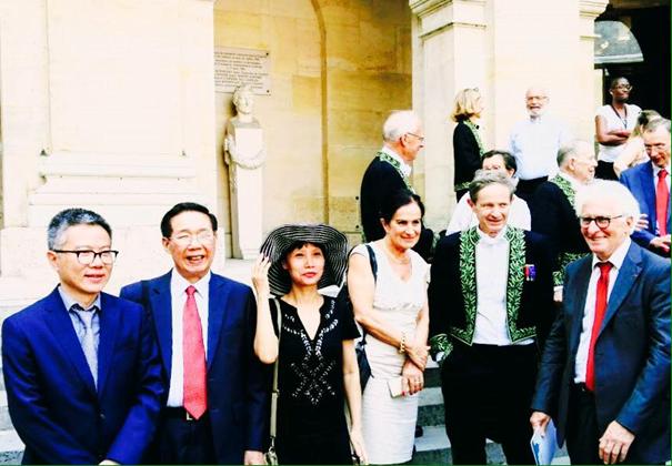 Giáo sư Ngô Bảo Châu (ngoài cùng bên trái) cùng các nhà khoa học chụp hình lưu niệm trước cửa Viện Hàn lâm Khoa học Pháp. (Ảnh: Minh Tuấn)