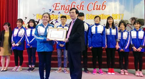 Ông Nguyễn Minh Tường - Tỉnh ủy viên - Giám đốc Sở GD&ĐT trao thưởng tại CLB Tiếng Anh dành cho HS THPT tỉnh Phú Thọ năm học 2016-2017.