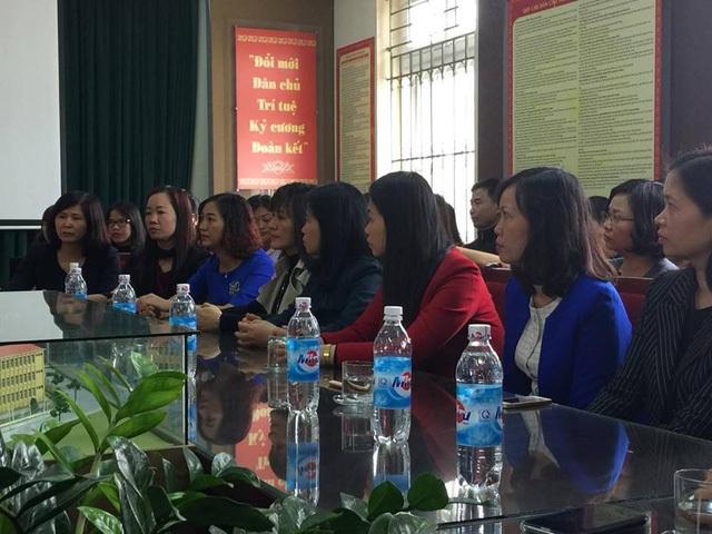 Giáo viên Trường tiểu học Nam Trung Yên, Hà Nội trong buổi họp công bố cách chức hai lãnh đạo của trường (Ảnh: Mỹ Hà)