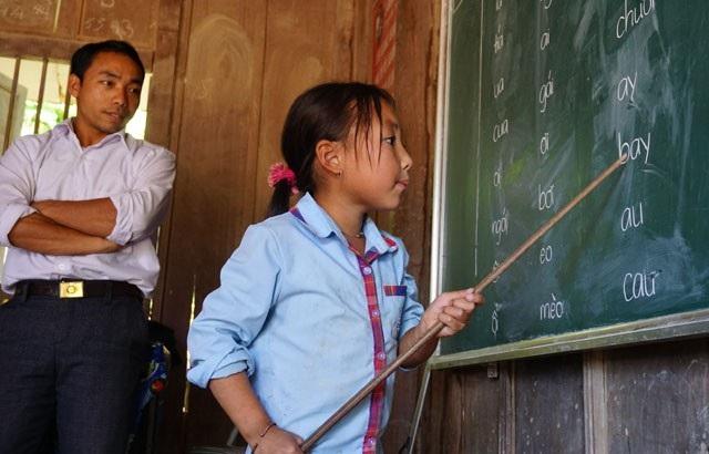 Không chỉ dạy chữ, các thầy còn kêu gọi sự hỗ trợ từ bên ngoài để các em có điều kiện đến trường tốt hơn