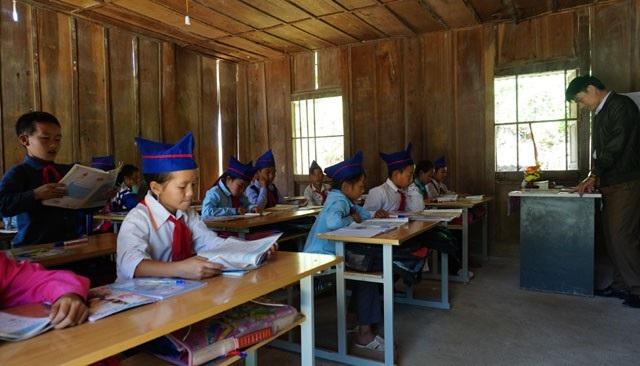 Hơn một nửa giáo viên của trường là người Thái, người Kinh, do vậy, để dạy học hiệu quả hơn, các thầy phải học thêm tiếng bản địa
