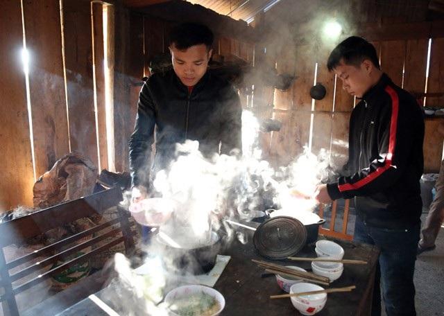 Các thầy giáo tự nấu nướng bằng nguồn thực phẩm dự trữ hay cải thiện được