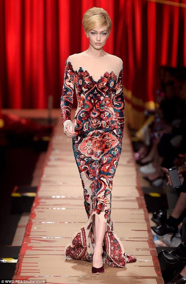 Gigi Hadid trình diễn cuốn hút trên sàn diễn của tuần lễ thời trang Milan ngày 23/2 vừa qua
