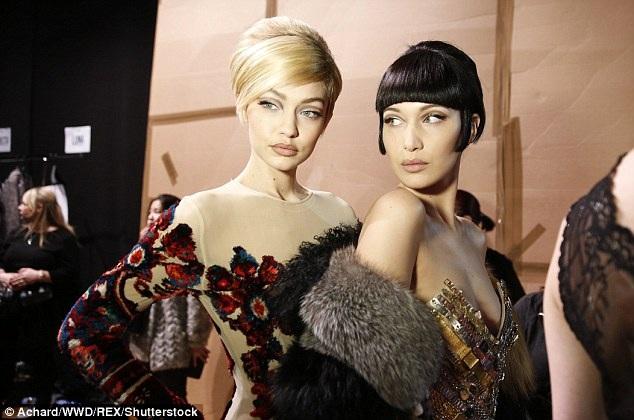 Tham gia trình diễn trong show của Moschino còn có Bella Hadid - em gái của Gigi